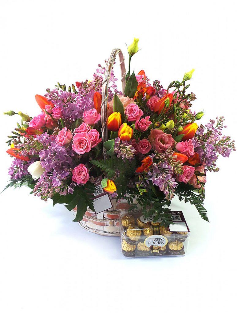 Cos cu flori proaspete si sarutari dulci