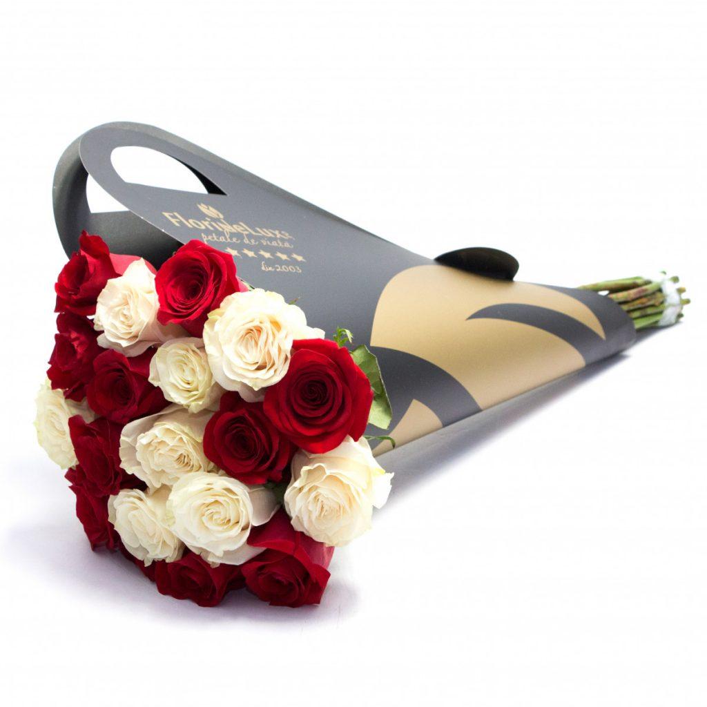 Buchet de lux trandafiri albi și roșii, doar 229,99 RON!