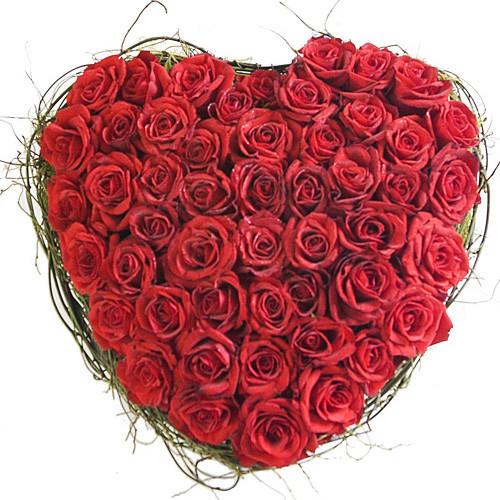 *Mesaje de ziua îndrăgostiților la distanță, Aranjament floral în formă de inimă din trandafiri, doar 1203,99 RON!