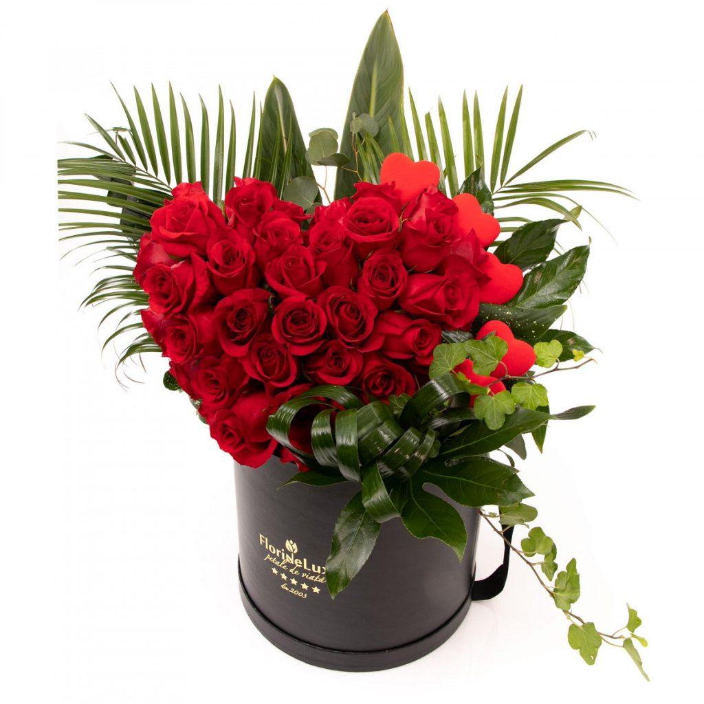Cutie inimă generoasă de trandafiri, doar 639 RON!